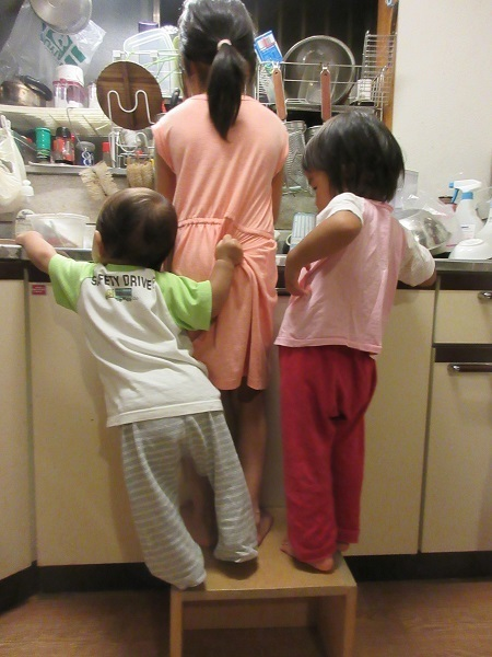 IMG_1922kids_in_kitchen.JPG